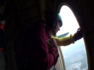 Прыжок ребят с парашютом от 14.09.13. тройка наших ребят настоящих героев : Саши и Виталик прыгнули,нас после них на линию не выпустили из-за резко подступившего грозового фронта ( в общем погодные условия помешали прыжку ) У ребят оказались очень экстримальные прыжки. Один из Саш приземлился на Железнодорожные пути ,и ветром тащило парашют метров 7 ,второй Саша приземлился на крышу склада,а Виталик на вышку електропередачи. Все оказались настоящими героями !!!